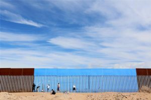 4月9日、メキシコの米国国境で、フェンスを空色に塗りつぶす「Borrando la Frontera」(国境を消そう)と題したアートプロジェクトが行われた(2016年 ロイタ/Sandy Huffaker )